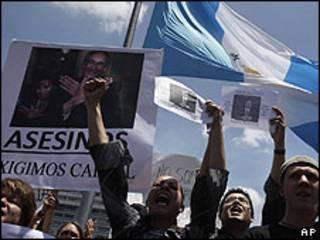 Manifestantes contra o presidente Álvaro Colom na Guatemala