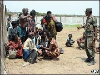 Soldado com refugiados no Sri Lanka