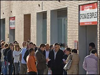 Fila de desempleados en España
