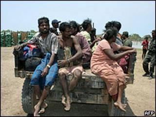 Civiles de Sri Lanka escapan de la zona de guerra controlada por los rebeldes Tigres Tamiles. 14 de mayo de 2009.