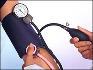 Un médico le toma la presión arterial a un paciente (Foto: Archivo)