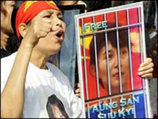 Người phản đối lời buộc tội mới dành cho bà Suu Kyi