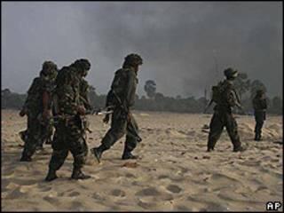 Soldados cingaleses patrullando Vellamullivaikal el 15 de mayo.