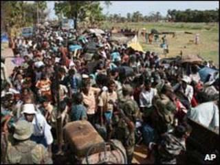 Các thường dân được quân đội chính phủ tiếp đón hôm 15/05/09 (Ảnh của quân đội chính phủ Sri Lanka.)