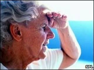 زن مسن زیر آفتاب