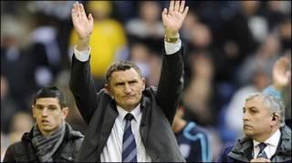 HLV của đội West Brom Tony Mowbray nghẹn ngào chia tay fan đội nhà
