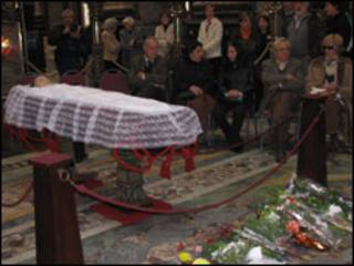 Los restos de Benedetti son velados en el Palacio Legislativo de Montevideo.