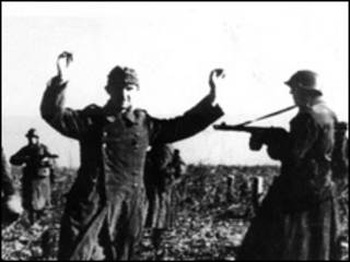 Советские войска берут в плен гитлеровских солдат