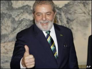 O presidente Luiz Inácio Lula da Silva acena durante sua visita à China, nesta terça-feira (AP)