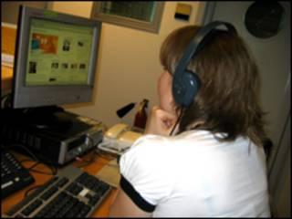 Читатель раздела Learning English слушает аудиофайл