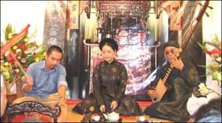 Chủ nhiệm CLB Thăng Long Đặng Thị Huệ - ngồi giữa và kép đàn Nguyễn Phú Đẹ