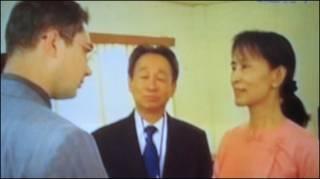Bà Suu Kyi gặp nhân viên ngoại giao trong thời gian vụ xử