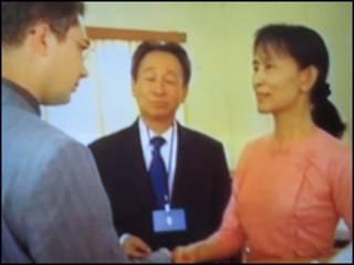 Bà Suu Kyi và nhân viên ngoại giao nước ngoài hôm thứ Tư 20/5