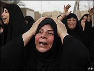Mujeres lamentan las muertes tras el atentado con coche bomba en Bagdad