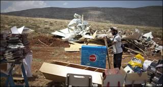 Colonos entre estructuras destruídas en Maoz Ester