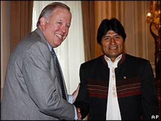 El secretario de Estado adjunto de EE.UU. para Latinoamérica, Thomas Shannon, junto al presidente de Bolivia, Evo Morales.