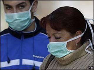Ciudadanos chilenos, con una máscara en el hospital de Thorax, en Santiago, ante la alerta por gripe porcina. 18 de mayo de 2009.