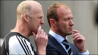 Alan Shearer (bên phải)