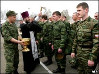 Православный священник благословляет призывников (Кемерово, 12 мая 2009 г.)