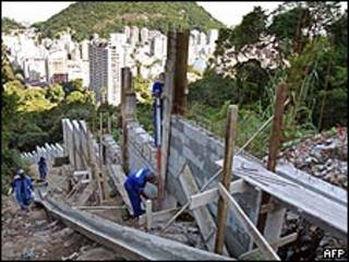 Muro em construção no morro Dona Marta