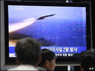 Televisión surcoreana muestra misil norcoreano.
