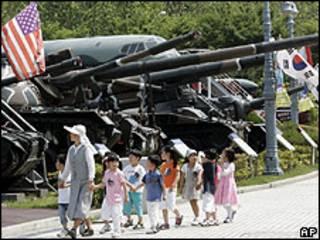Crianças passeiam em Museu Memorial de Guerra de Seul
