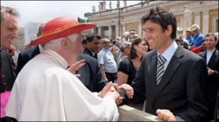 Trọng tài Busacca (áo complê, phải) bắt tay Giáo Hoàng (Getty)