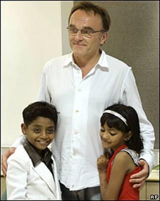 Azharuddin M. Ismail y Rubina Ali con Danny Boyle (centro)