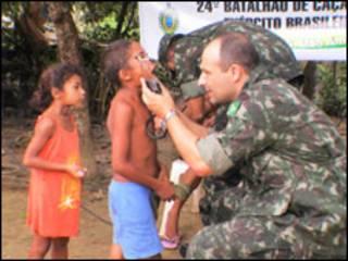 crianças em Santa Rosa são examinadas pelo major Endrigo. Foto: Alessandra Corrêa