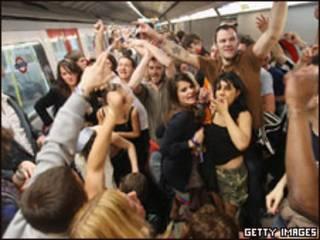 Jóvenes de fiesta en el metro de Londres