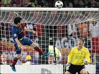 Messi cabecea frente al arco de van der Sar