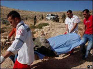 Médicos palestinos carregam o corpo de Abdul Majid Dudeen, perto de Hebron (AP, 28/5)