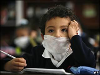 Niño con mascarilla en una escuela de México