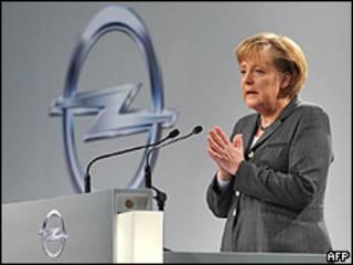 La canciller alemana, Angela Merkel, hablando en una planta de Opel, marzo 2009