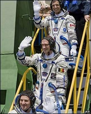 Roman Romanenko, Frank De Winne y Robert Thirsk, tripulantes de la Estación Espacial Internacional.