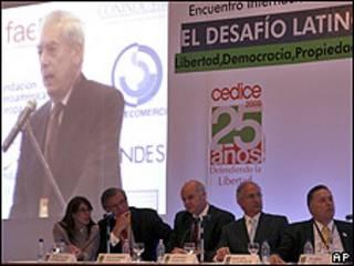 De izquierda a derecha, una intérprete, Wolfgang Gerhardt, Alejandro Chafuen, Antonio Ledezma y Rafael Alonzo escuchando a Mario Vargas Llosa