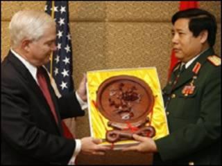 Tướng Thanh tặng quà lưu niệm cho Bộ trưởng Quốc phòng Mỹ Robert Gates tại Đối thoại Shangri-La, tháng 05/2009
