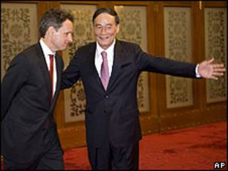 Timothy Geithner, secretario del Tesoro de EE.UU. junto a Wang Qishan