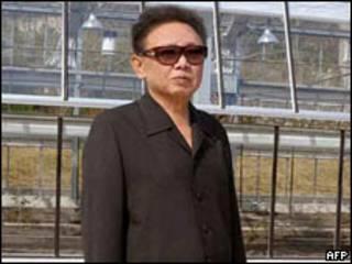 Foto do líder norte-coreano, Kim Jong-il, divulgada em 27 de abril pela agência estatal da Coreia do Norte (AFP/KCNA)