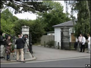 Jornalistas em frente à clinica The Priory