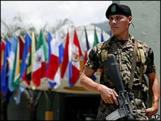 Soldado hace guardia frente al centro de convenciones donde se efectuará la asamblea