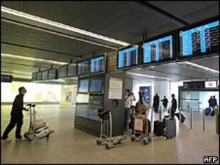 Passageiros no aeroporto Charles de Gaulle, de Paris
