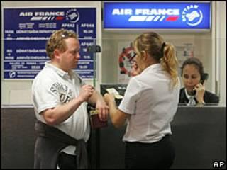 Passageiro conversa com funcionária da Air France no aeroporto Tom Jobim, Rio de Janeiro