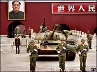 Tanques resguardando la plaza de Tiananmen