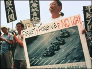 Manifestante marca os 10 anos do Massacre, em 1999