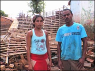 Tatiana Carvalho da Silva e o marido, Edmilton Queiroz da Silva, diante dos escombros de sua casa (foto: Alessandra Corrêa)