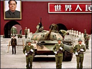 Hàng trăm người thiệt mạng khi quân đội Trung Quốc dùng xe tăng đàn áp biểu tình