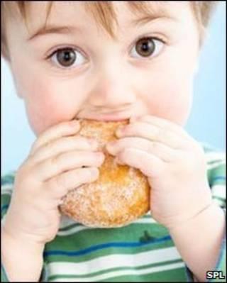 Niño comiendo una rosca