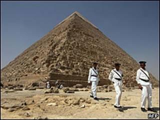 Policiais reforçam segurança na pirâmide de Quéops, no Egito