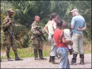 Miembros de una comunidad afrocolombiana y soldados